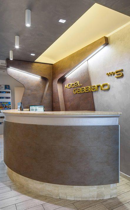 realizzazione-banco-reception-hotel-gabbiano-rimini